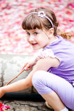 flicka little som är utomhus- Royaltyfria Foton