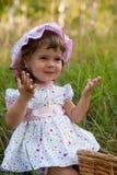flicka little som är utomhus- arkivfoto