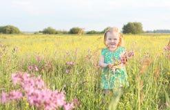 flicka little som är utomhus- Royaltyfri Fotografi