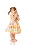 flicka little som ber Royaltyfria Bilder