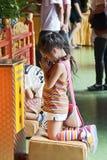 flicka little som ber Fotografering för Bildbyråer
