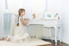 flicka little som ber Royaltyfri Bild