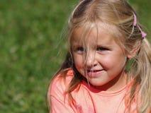 flicka little som drar skam över Arkivbilder
