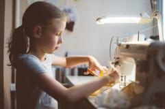 flicka little som fungerar Arkivbilder
