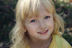 flicka little som går Royaltyfria Foton
