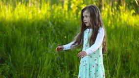 flicka little som går lager videofilmer