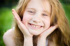 flicka little som ler Royaltyfri Fotografi