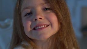 flicka little som ler Närbild arkivfilmer