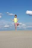 flicka little som mediterar Arkivfoto