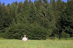 flicka little som mediterar Fotografering för Bildbyråer