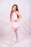 flicka little som plattforer Arkivbild