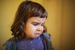 flicka little som är SAD Arkivfoto