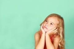 flicka little som ser upp Arkivbild