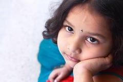 flicka little som ser upp Arkivbilder