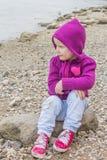 flicka little som sitter Arkivbild
