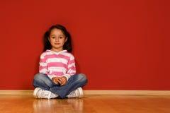flicka little som sitter arkivfoton