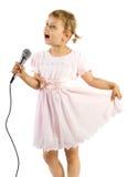 flicka little som sjunger Arkivbild