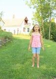 flicka little som sjunger Arkivbilder