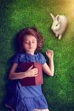 flicka little som sovar royaltyfria bilder