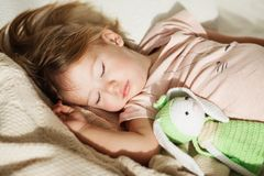flicka little som sovar Bekymmerslös sömn behandla som ett barn lite med en mjuk leksak Royaltyfri Foto