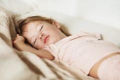 flicka little som sovar Bekymmerslös sömn behandla som ett barn lite med en mjuk leksak Royaltyfri Bild