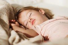 flicka little som sovar Bekymmerslös sömn behandla som ett barn lite med en mjuk leksak Royaltyfria Foton