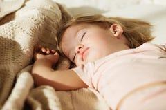 flicka little som sovar Bekymmerslös sömn behandla som ett barn lite med en mjuk leksak Arkivbilder