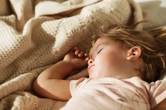 flicka little som sovar Bekymmerslös sömn behandla som ett barn lite med en mjuk leksak Royaltyfria Bilder