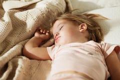 flicka little som sovar Bekymmerslös sömn behandla som ett barn lite med en mjuk leksak Royaltyfri Fotografi