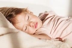 flicka little som sovar Bekymmerslös sömn behandla som ett barn lite med en mjuk leksak Arkivfoto