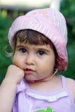 flicka little som tänker Arkivfoto
