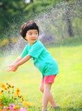 flicka little spelrumvatten royaltyfri foto