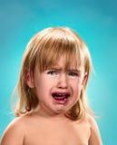 flicka little stående Hon gråter arkivbilder