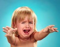 flicka little stående Hon gråter arkivfoton