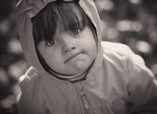 flicka little stående svart white Arkivbild