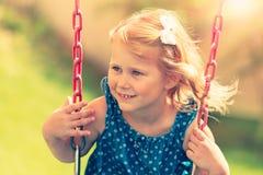 flicka little swing arkivfoto