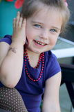 flicka little telefonsamtal Royaltyfria Bilder