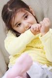 flicka little telefonsofa Fotografering för Bildbyråer