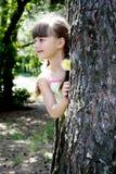 flicka little trä Arkivfoto