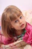 flicka little upp att vakna Arkivbild