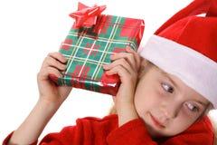 flicka little uppröra för present Arkivbilder