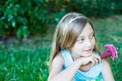 flicka little utomhus- le Royaltyfri Fotografi