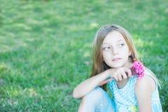 flicka little utomhus- le Arkivbilder