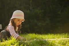 flicka little utomhus- leka Royaltyfri Foto