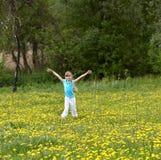flicka little utomhus- äng Arkivbild