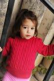 flicka little utomhus- playfull Arkivbilder
