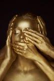 Flicka målad guld 6 händer på din framsida: se ingen ondska, hör ingen ondska, tala ingen ondska Royaltyfri Fotografi