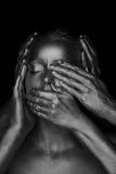 Flicka målad guld 6 händer på din framsida: se ingen ondska, hör ingen ondska, tala ingen ondska svart white Arkivbild