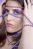 flicka målade pärlor Arkivbilder
