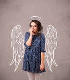 Flicka med ängel illustrerade vingar Royaltyfri Fotografi